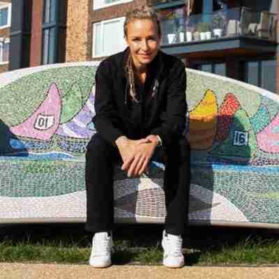 Donnay Dames Joggingbroek rechte pijp Lily zit op de bank
